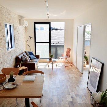 南向きバルコニーで光がお部屋全体を包みます。※家具・雑貨はサンプルです