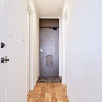 水回りは玄関廊下にまとまっています。※家具・雑貨はサンプルです