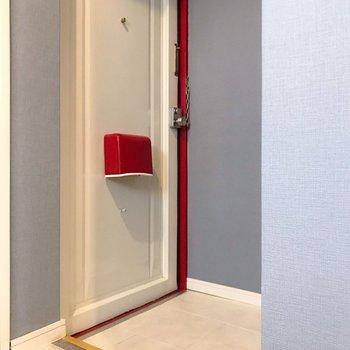 玄関も赤のアクセント!土間はゆったりなので、靴は出しっぱなしでもいいかな…