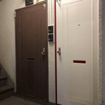 1階には2部屋!右が今回のお部屋。