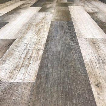 木目のはっきりしている床なので、家具もナチュラルなもので揃えたいな!