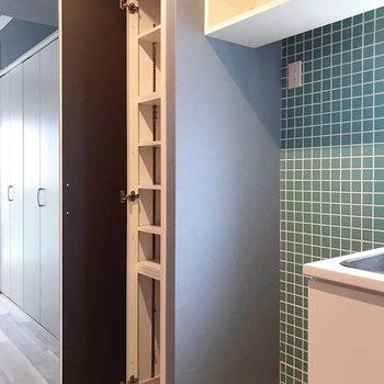 冷蔵庫置場はシンクの隣。この細い棚は、食料庫にしてもシューズボックスにしても◎