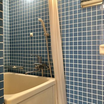 お風呂はブルーのタイルの空間!