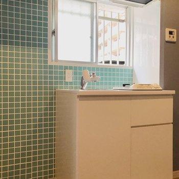 グリーンのタイルが可愛いキッチン周り◎