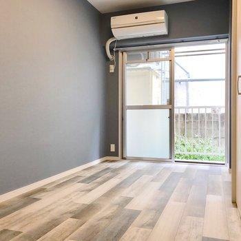 壁も床もまっさらで新鮮な気持ち。ベッドは左側に置くのがオススメ。