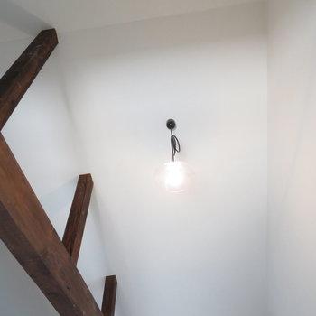 天井にはかわいらしい照明が