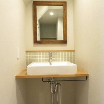 洗面台はシンプルながらかわいらしいデザインに