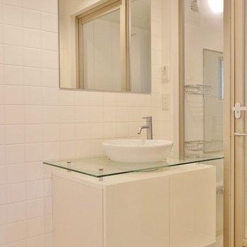 丸みを帯びた可愛い洗面台。※写真は同タイプの別室