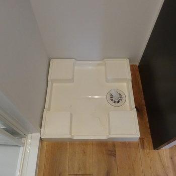 洗濯機置場は玄関横に!※写真は3階の同間取り別部屋のものです