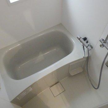 浴室には嬉しい小窓付き〜!※写真は3階の同間取り別部屋のものです