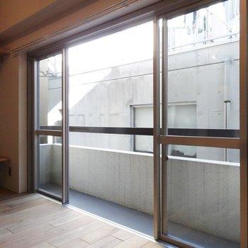 大きな窓付いていますね※写真は3階の同間取り別部屋のものです