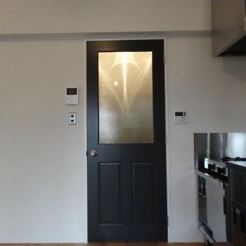 扉まで可愛いですね※写真は3階の同間取り別部屋のものです