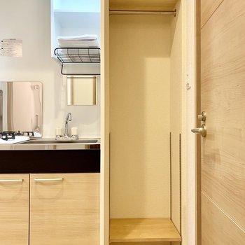 玄関とキッチンに挟まれた角に、クローゼットが!上着なんかはこの位置が便利ですよ〜