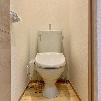 ウォシュレット付きのトイレです!ここも段差のないヒノキの無垢床が贅沢に使われています。