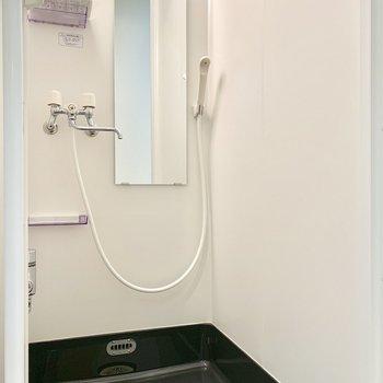 鏡付きのシャワールーム。
