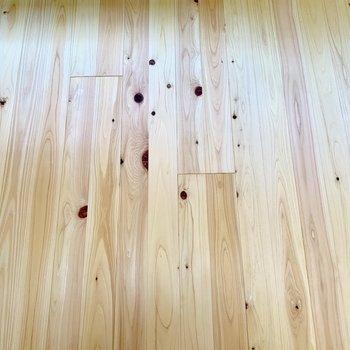 このヒノキの無垢床がお部屋全部に敷き詰められています!