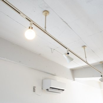 ライティングレールと漆喰の天井。
