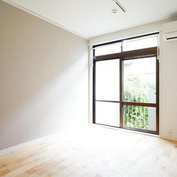 優しい印象のカバサクラの無垢床※写真は同間取り、前回募集時のもの