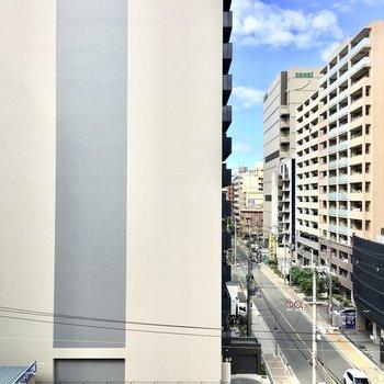 眺望は江坂のマンション街。※別部屋・同間取り反転タイプのものです。