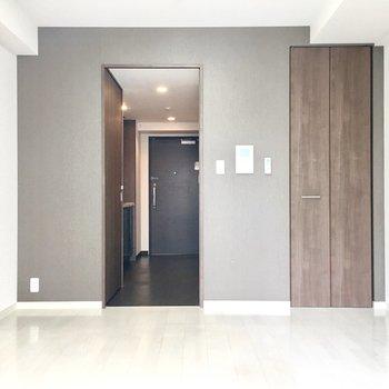 お部屋の仕切りは、洗濯機置き場の扉と兼用です。※別部屋・同間取り反転タイプのものです。