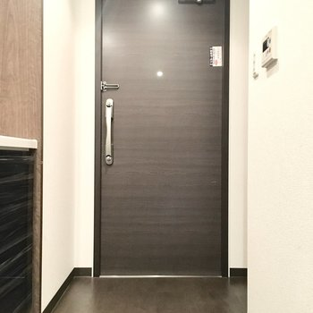 玄関マットを敷いて、仕切りを作ってくださいね。※別部屋・同間取り反転タイプのものです。