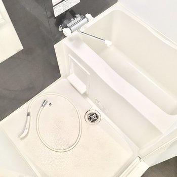 お風呂はゆっくり浸かれそうですね。※別部屋・同間取り反転タイプのものです。