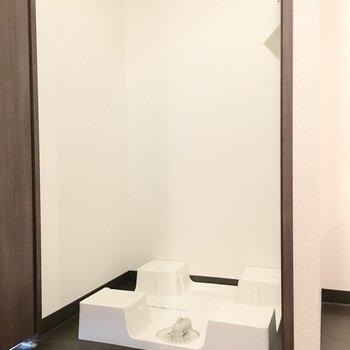 洗濯置き場は扉で隠すこともできますよ。※別部屋・同間取り反転タイプのものです。