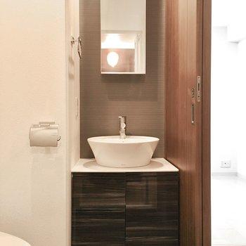 洗面台はホテルチックなデザインに。※別部屋・同間取り反転タイプのものです。