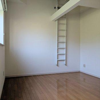 【洋室7.5帖】カウンター付きの窓。ハシゴを使わないときはここに収納。(※写真は1階の同間取り別部屋のものです)
