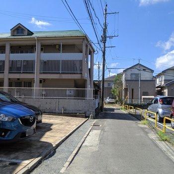前の道路や周辺は落ち着いた住宅地。