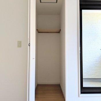 奥に長〜い収納。ゴルフバッグやキャリーケースの収納に便利そう。(※写真は1階の同間取り別部屋のものです)