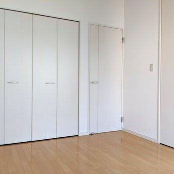 【洋室6帖】ホワイト建具でスッキリ。(※写真は1階の同間取り別部屋のものです)