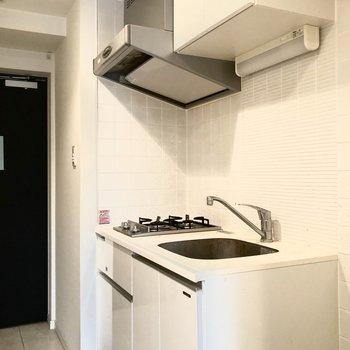キッチンを見ていきましょう。隣には冷蔵庫を置くこともできますよ。