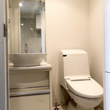 お次は洗面所。スタイリッシュな洗面台です。※写真はクリーニング前のものです