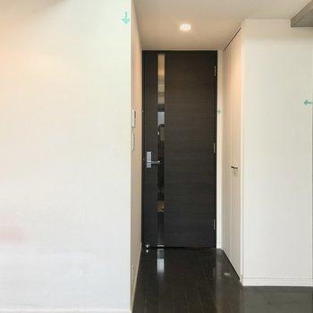 居室とキッチンは扉でわかれています。