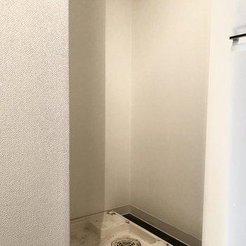 洗濯機置き場は玄関入ってすぐですが、扉が付いていて生活感が隠せます。※写真はクリーニング前のものです