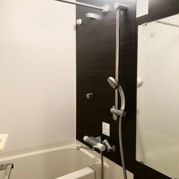 大きめの鏡が付いたお風呂。