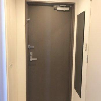 玄関には大きな全身鏡。外出前の身だしなみチェックに◎
