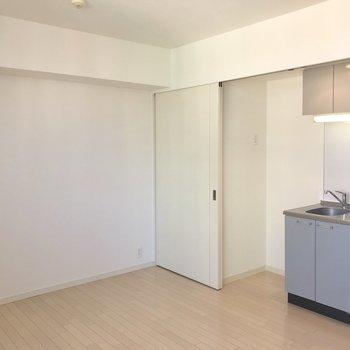 キッチンの横には冷蔵庫スペースがあります