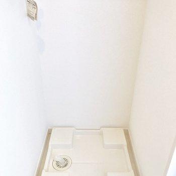玄関から入ると、正面に洗濯機置き場があります