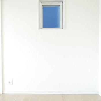 洋室は小窓が1つ。