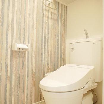ビンテージ調のクロスが素敵なトイレ。