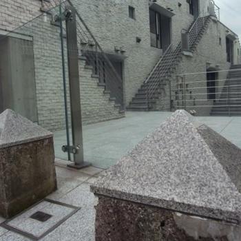 美術館のよう。明治神宮前の通りを思わせる抜け感。