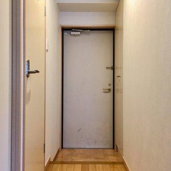 こじんまりとした玄関。(※写真は清掃前のものです)