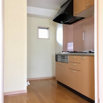 奥に冷蔵庫は置けそうです。(※写真は清掃前のものです)