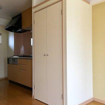 キッチン横には大きな扉。(※写真は清掃前のものです)
