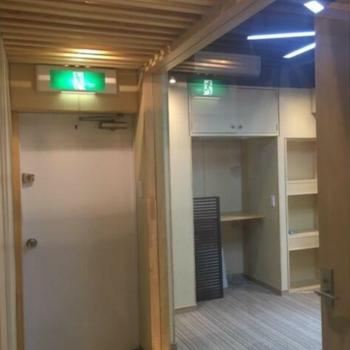 廊下から事務所を眺める。開放的。