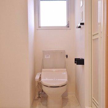 トイレの上には窓付き。※写真は504号室のもの