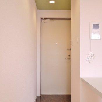 こちらが玄関。※写真は504号室のもの