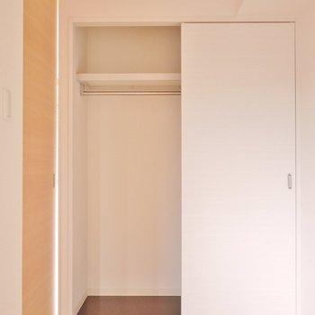 ちっちゃな洋室には収納も完備。※写真は504号室のもの